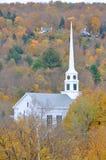 Chiesa del Vermont e fogliame di caduta Fotografie Stock Libere da Diritti