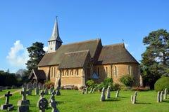 Chiesa del villaggio di Hascombe & cimitero, Surrey, Regno Unito Fotografia Stock Libera da Diritti