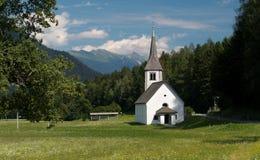 Chiesa del villaggio in Mojstrana in valle del fiume Sava Fotografie Stock