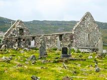 Chiesa del XVIII secolo del ` s della st Dympna, con le pietre gravi fotografie stock libere da diritti