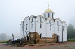 Chiesa dell'annuncio nella mattina nebbiosa, Vitebsk, Bielorussia Fotografia Stock