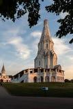 Chiesa dell'ascensione nei raggi dell'alba tramite le foglie dell'albero fotografia stock