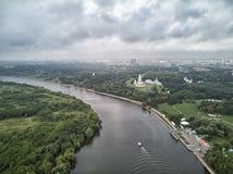 Chiesa dell'ascensione nel parco nella vista aerea di stagione di autunno, Mosca, Russia di Kolomenskoye immagine stock