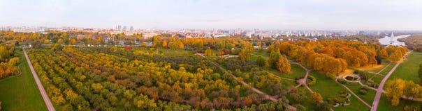 Chiesa dell'ascensione nel parco nella vista aerea di stagione di autunno, Mosca, Russia di Kolomenskoye fotografia stock