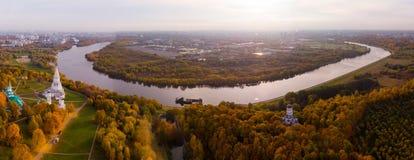 Chiesa dell'ascensione nel parco nella vista aerea di stagione di autunno, Mosca, Russia di Kolomenskoye fotografie stock libere da diritti