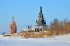 Chiesa dell'ascensione nell'inverno nel villaggio di Piyala La Russia, regione di Arcangelo, distretto di Onega fotografia stock libera da diritti