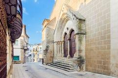 Chiesa dell'incarnazione e di vecchia via in Valencia de Alcantar fotografie stock