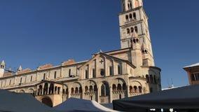 Chiesa della cattedrale del duomo, di Piazza Grande torre e di campane cattoliche di Ghirlandina durante il giorno del patrono di stock footage