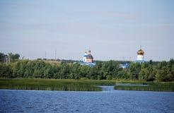 Chiesa della cattedrale e di Fedorovsky di ascensione sull'altra sponda del fiume Syzran Regione della samara La Russia immagine stock libera da diritti