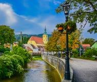 Chiesa della città di Samobor vicino ad una corrente e ad un poole leggero fotografia stock libera da diritti