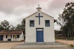 Chiesa della città di Smalll in un giorno nuvoloso Fotografia Stock Libera da Diritti