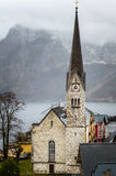 Chiesa della montagna su Autumn Day piovoso immagini stock