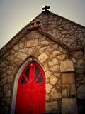 Chiesa della roccia con il portello rosso Fotografia Stock Libera da Diritti