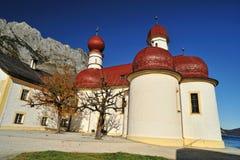 Chiesa della st Batholomew in alpi orientali Fotografia Stock