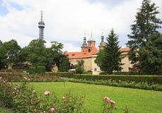 Chiesa della st Lawrence e della torre dell'allerta di Petrin Fotografia Stock