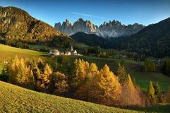 Chiesa della st Magdalena davanti ai picchi di montagna delle dolomia di Odle o di Geisler Valle di Val di Funes in Italia Immagine Stock Libera da Diritti