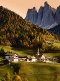 Chiesa della st Magdalena davanti ai picchi di montagna delle dolomia di Odle o di Geisler Valle di Val di Funes in Italia Fotografie Stock Libere da Diritti