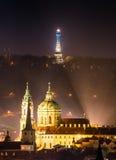 Chiesa della st Nicolas con la torre di Petrin, Praga, r ceca Immagini Stock Libere da Diritti