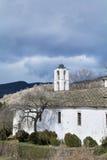 Chiesa della st Nikola con il tetto di pietra nel villaggio di Kovachevitsa Fotografia Stock