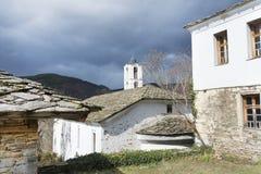 Chiesa della st Nikola con il tetto di pietra nel villaggio di Kovachevitsa Immagine Stock