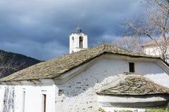 Chiesa della st Nikola con il tetto di pietra nel villaggio di Kovachevitsa Immagini Stock Libere da Diritti