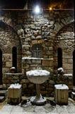 Chiesa della st Petka bene con acqua dell'agrifoglio in inverno Fotografia Stock