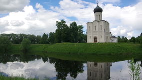 Chiesa della Vergine Santa sul fiume di Nerl stock footage