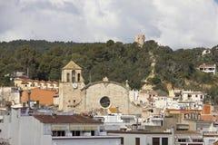 Chiesa della vista di Tossa de Mar dalla spiaggia Immagine Stock