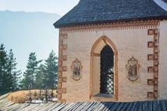 Chiesa delle foreste di trascuratezza e delle montagne della st Jacob nell'inverno Fotografie Stock Libere da Diritti