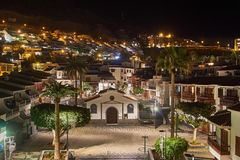 Chiesa dello Sprit santo nel Los Gigantes di notte, Tenerife, stazione termale Fotografie Stock Libere da Diritti