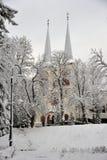 Chiesa dello SV Joseph il caro con due torri, località di soggiorno di Swieradow Zdroj nell'inverno, pendio nordico delle montagn fotografie stock libere da diritti