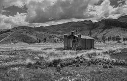 Chiesa di Adobe nelle pianure delle montagne delle Ande fotografia stock libera da diritti