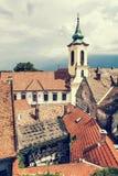 Chiesa di annuncio e tetti rossi di vecchie case, Szentendre, pho Fotografia Stock