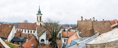 Chiesa di annuncio e tetti rossi di vecchie case, Szentendre, unno Fotografie Stock