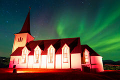 Chiesa di Borgarnes con l'aurora boreale Fotografie Stock