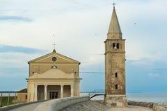 Chiesa di Caorle sulla costa Fotografia Stock