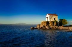 Chiesa di cerimonia nuziale alla spiaggia. Lesvos. La Grecia Immagine Stock