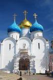 Chiesa di Dormition nell'ambito di rinnovamento Trinità Sergius Lavra Fotografie Stock Libere da Diritti