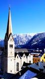 Chiesa di Hallstatt con il Mountain View fotografie stock