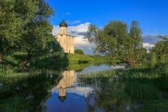 Chiesa di intercessione Vergine Santa Nerl fiume brigh cielo blu del giugno 2017 Fotografia Stock Libera da Diritti
