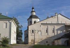 Chiesa di introduzione di Maria al tempio con la camera del refettorio nel monastero di Kirillo-Belozersky Fotografia Stock Libera da Diritti
