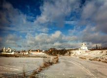 Chiesa di inverno in Suzdal' Immagini Stock