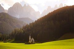 Chiesa di Johann del san alle alpi delle dolomia Immagine Stock Libera da Diritti