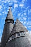 Chiesa di legno alta con le nuvole Fotografie Stock