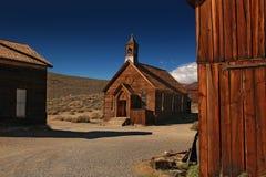 Chiesa di legno in città fantasma Bodie con il cielo di blu Immagine Stock