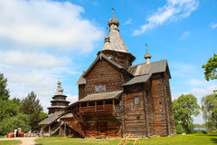 Chiesa di legno russa d'annata nel villaggio contro il cielo luminoso blu Tempo pieno di sole di estate Immagini Stock