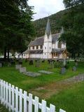 Chiesa di legno sul cimitero immagini stock