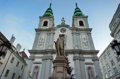 Chiesa di Mariahilf con la statua di Franz Joseph Haydn fotografia stock libera da diritti