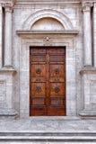 Chiesa di marmo bianca della grande porta di legno Immagini Stock