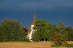 Chiesa di Marys, campo di grano, cielo blu ed ambiente naturale Immagine Stock